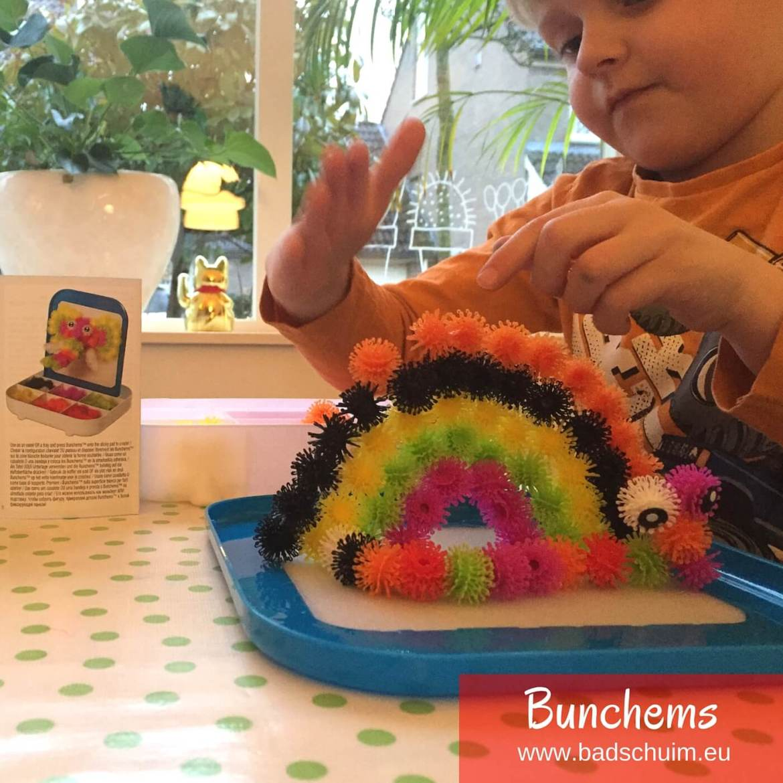 Hou jij ook van speelgoed dat jouw kids hun creativiteit laat gebruiken? Ik ben er gek op! Ik was dan ook enorm enthousiast toen ik het nieuwe activity speelgoed Bunchems mocht testen. Een hype in wording van kleurrijke balletjes die vanzelf aan elkaar blijven haken, waardoor je de leukste 3d figuren kan maken! Ontdekt het met ons mee.