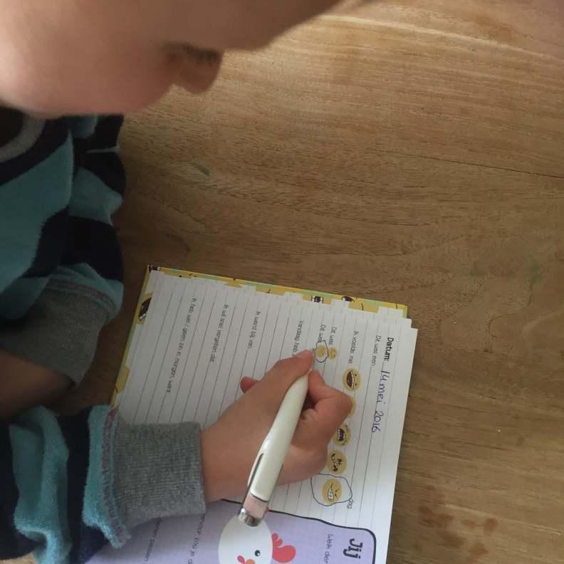 Met het smoeltjesschrift leer je samen met je kids hun gevoelens te begrijpen en omschrijven zodat je de dag afsluit met een lach. Dit is onze review.