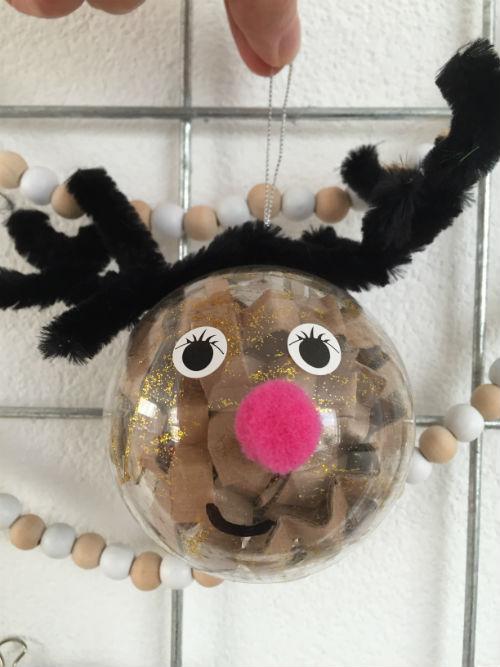 Versier je eigen kerstbal - plastic kerstbal vullen met je kids