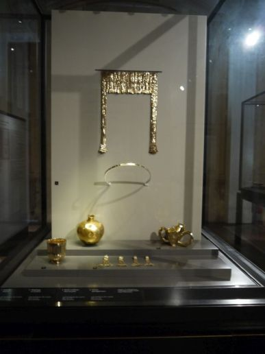 Haha, the copy of the Troyan treasure that the German archeologist Schliemann stole, err, took from Turkey, only to be taken by Russia during WWII