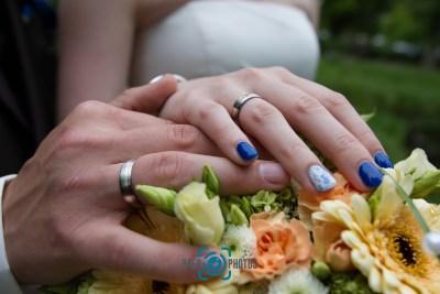 Hochzeit-Braut-Bräutigam-Ringe-Blumen-Brautstraus-Baer.Photos-Fotograf-Holger-Bär