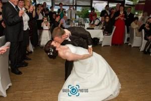 Hochzeit-Brauttanz-Paar-Braut-Bräutigam-Hochzeitskleid-Anzug-Gäste-Stimmung-Kuss-Baer.Photos-Fotograf-Holger-Bär