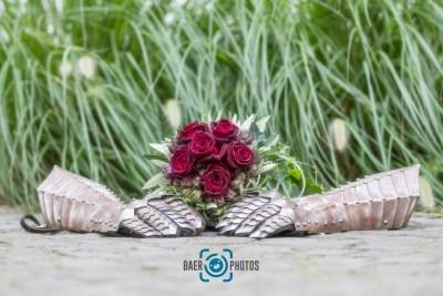Hochzeit-Ritter-Handschuhe-Panzerhandschuhe-Brautstrauß-Blumen-Baer.Photos-Fotograf-Holger-Bär