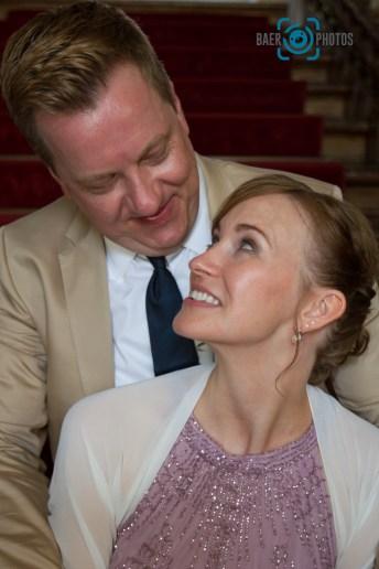 Hochzeit-Braut-Bräutigam-Treppe-Schloss-Brautstrauß-Blick-Baer.Photos-Fotograf-Holger-Bär