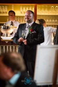 Hochzeit-Bräutigam-Ansteckblume-Rose-Anzug-Baer.Photos-Fotograf-Holger-Bär