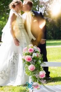 Hochzeit-Paar-Braut-Bräutigam-Kuss-Brautkleid-Hochzeitskleid-Anzug-Bank-Park-Brautstrauß-Rosen-Baer.Photos-Fotograf-Holger-Bär