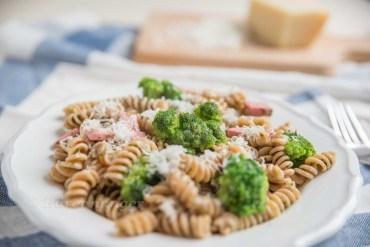 One Pot Pasta mit frischen Kräutern, Brokkoli und Schinken