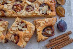 Zwetschgen Kuchen mit gerösteten Mandeln und weisser Schokolade