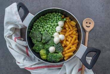 One Pot Pasta mit grünem Gemüse und Mozzarella