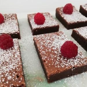 Super lækker brownie. Brownie er et sikkert hit hjemme hos os. Det er den kage min teenage-dreng, spørg om jeg ikke godt vil bage, hvis han skal bestemme kage. Så jeg har udsat familien, for mange test smagninger af brownie, før jeg syntes den var lige i skabet. Men nu er det lykkes, med at få en brownie som vi elsker den. Den er klisteret, smager af chokolade og lidt tung i det. En rigtig dessert kage, som også bare er rigtig lækker, hvis man vil have et godt stykke kage, til en kop te eller kaffe. Denne opskrift er uden nødder, chokoladestykker eller andet, men det kan man sagtens tilsætte.
