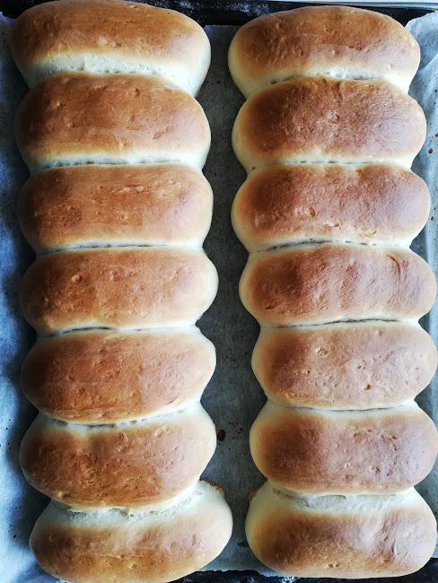 Hjemmebagte pølsebrød er ikke særlig svære at lave selv, og tager heller ikke vildt langtid. Men det smager bare, så meget bedre en dem man køber. Lige pluslig bliver en hotdog, eller pølse med brød, bare meget lækker. Med nogle gode pølser og godt tilbehør, så er det luksus mad. Disse pølsebrød er luftige, bløde og lidt tykke. Hvis man ønsker lidt tynder pølsebrød, så kan man lave dem længer, eller dele dejen i et par stykker mere. Men vi er selv vilde med, at der er lidt mere brød, end dem man køber. For så kan vi få lidt mere fyld i hotdogen, eller en lidt tygger pølse i.