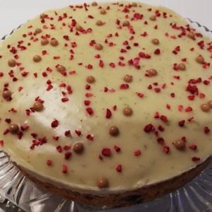 Der er ikke noget som sommer, når alle de forskellige bær bliver modne. Ud over bare at spise dem som de er, så for jeg også lyst til at bruge dem i bagværk. Denne hindbær-lime kage er super frisk, smagen af hindbær og lime går bare rigtig godt sammen. Når så den bliver toppet med, den hvide chokolade-lime ganache så bliver det bare vildt lækkert. Jeg syntes denne kage egner sig super godt til en nem dessert, der kan laves i forvejen. Men den egner sig også til at nyde i haven med noget koldt at drikke, eller en kop te eller kaffe. Så det er bare at komme i gang med at bage den, mens de danske friske hindbær er her, og er fulde af smag.