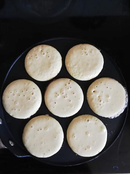 Amerikanske pandekager, brunch pandekager, små pandekager, de har mange navne. Her hjemme er det lidt forskelligt, hvad vi kalder dem, for det kommer an på hvornår vi spiser dem. Men de er altid et hit, for pandekage smager bare rigtig godt. Disse amerikanske pandekager er en dejlig start ved morgenbordet i weekenden, når der er lidt mere tid. Men jeg ved også, at hvis der er nogle tilbage, så er de også et hit i madpakkerne. Det sker dog ikke så tit, at der er nogle tilbage, for resterne bliver tit lige hyggespist.
