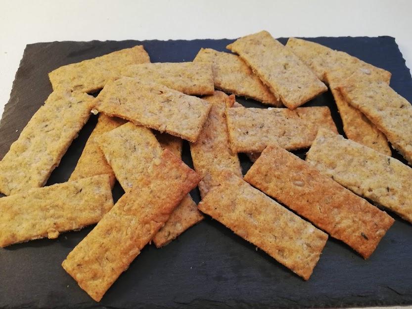 Parmesan/timian knækbrød som er lækkert til madpakker, eftermiddags snack eller til et oste/pølse bord. De er på meget kort tid blevet et temmelig stort hit, her hjemme hos os. De bliver brugt i madpakker, og spist som en hurtig eftermiddags snack, når vi kommer hjem fra skole og arbejde. Fordi der er parmesan og timian i, så behøver man ikke putte pålæg på. Men de smager nu også virkelig lækkert, med smør og ost. Håber i bliver lige så glade for dem, som vi er her hjemme.