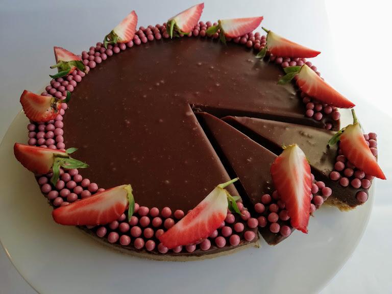 Mælkechokolade ganache kage. Jeg oplever ofte at jeg har fået bagt for mange småkager til jul. På et tidspunkt så vil man bare gerne spise noget andet end julekager eller bage noget andet. Denne mælkechokolade ganachekage med vaniljekransebund smager slet ikke af jul, og er en god måde at få brugt de sidste småkager på. Det er en rigtig dejlig dessert kage, som har den fordel at den kan laves 1 dag eller 2 før at den skal bruges. Den er nem, hurtig og smager super godt. Den kan pyntes med på mange forskellige måder og hvad man nu lige har. Men da det er en lidt tung kage, så er det rigtig dejlig med noget frisk frugt eller bær til.
