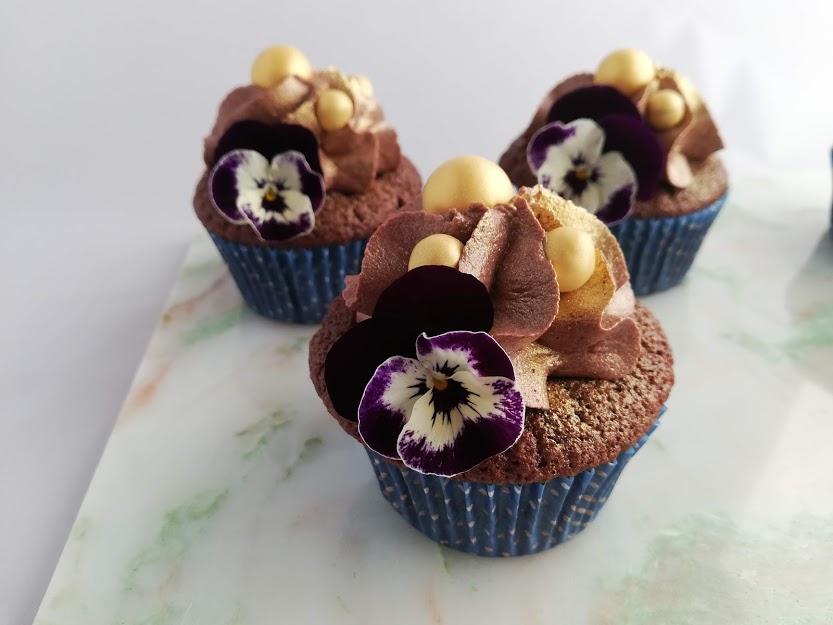 Chokolade cupcakes er en klassiker, der er ikke så meget hokuspokus i den. Men en chokolade cupcakes smager bare skønt, og kan pyntes så fint. Disse chokolade cupcakes er også gode på dag 2 og 3 hvis de opbevares i køleskabet. Så jeg håber i også bliver rigtig glade for denne opskrift.
