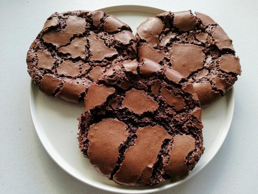 chokolade marengs cookies. Disse chokolade marengs cookies kan laves på ca. 20 min. Så når lækkersulten melder sig, så er de hurtig klar til at blive spist. De er dejlig sprøde uden på og seje inde i midten. De kan spises som de er, men fungere også rigtig godt til is.
