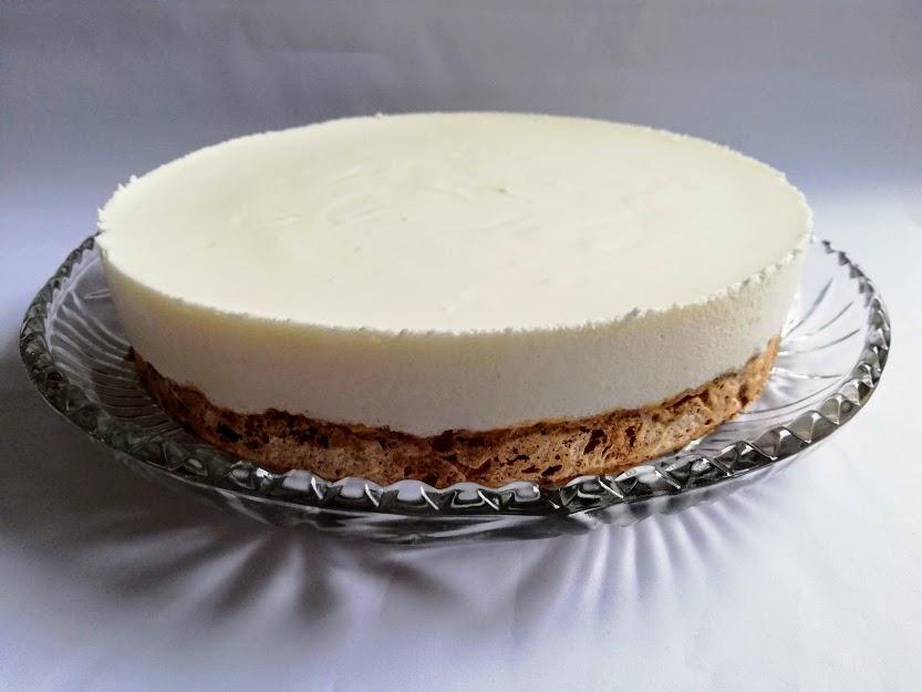 mandelbund med citronmousse uden bær. Denne kage er dejlig frisk. Den syrlig og bløde citronmousse og den søde sprøde bund passer bare rigtig godt sammen. Det er en rigtig god dessert, der kan laves dagen før den skal bruges.