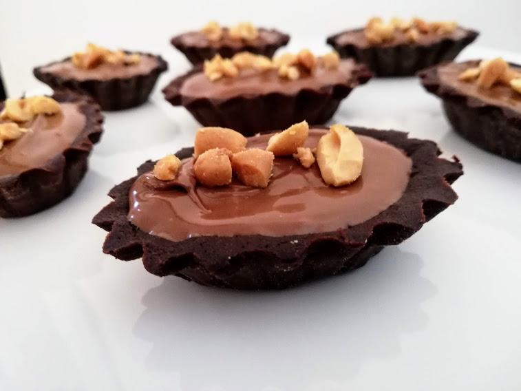 Disse Små Snickers tærter er inspireret af Snickers chokoladebaren. Her har jeg lavet dem som små tærte, men sen kan også laves, som en stor tærte, hvis man ikke har tålmodighed til at lave dem som små tærte. Men der er noget hyggeligt over små kager, så kan man jo altid lige tage en til.