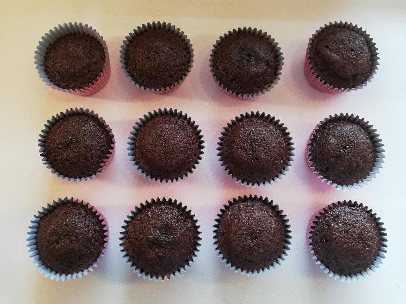 cupcakes uden ganache. Disse appelsin-chokolade cupcakes med gold chokolade ganache er bare så vildt lækker. De kan nemt bruges som dessert, til en kop god kaffe eller te, eller også kan de bare spises når man har lyst til en rigtig god kage. De tager ikke så lang tid at lave. Men man skal lige huske, at gold chokolade ganachen skal stå koldt i 8 timer inden den kan piskes, men den passer jo sig selv når den står koldt. Disse appelsin-chokolade cupcakes kan laves dagen før de skal bruges. Når bare de bliver opbevaret i køleskabet. Selv efter på 3. dagen er de rigtig gode, og kage holder sig lækker.