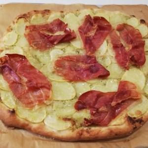 PizzadejHjemmelavet pizza smager bare så skønt, og man kan komme det på, man lige har lyst til. Når man laver dejen dagen før, så er det også super hurtig aftensmad. Her hjemme er kold pizza også et stort hit i madpakkerne. Denne pizzadej kan også bruges til pizzasnegle.