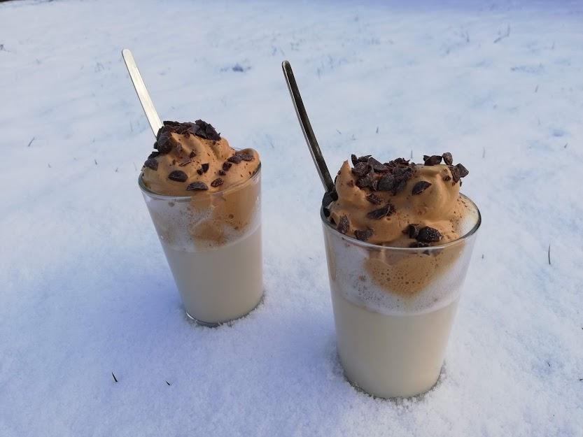 Dalgona kaffe hot. Vi blev ret vilde med Dalgona kaffe i sommers. Der blev ofte nydt et glas i haven, når vi nød det gode vejr. Vi glæder os til at vi igen kan lave denne iskaffe og nyde den i solen. Jeg tænkte så, at man da også måtte kunne lave det i en varm udgave, så det skulle da prøves. Det smagte faktisk også helt fantastisk, perfekt til at varme sig på, når vejret er lidt koldere. Så her har i min udgave af Dalgona kaffe hot.