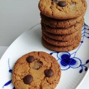 chocolate chip cookies. Chocolate chip cookies er altid et hit, og så er det så dejlig nemt at lave. Jeg laver dem med mørk chokolade, men man kan skifte det ud med lys chokolade, hvis man er mere til det. Dejen kan fryses ned i kugler, så det er endnu hurtigere at få nybagte cookies. Et lille fif når man laver cookies, så kan man bruge en isske til at forme kuglerne, det er hurtigt, og man får nemt den samme størrelse på ens cookies.