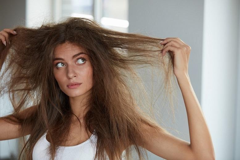 髪がまとまらない女性