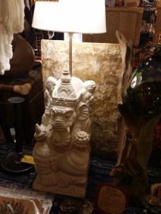 ライムストーンで彫刻したガネーシャのランプ。