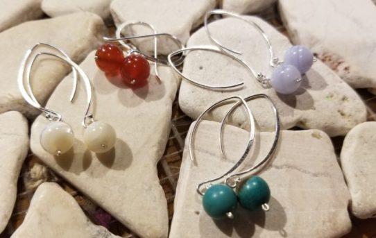 春の軽やかな天然石のピアス!ネックレスとセットにできます。