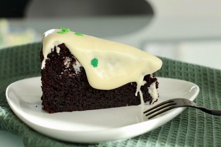 Sort Guinnesskage med blød hvid chokoladecreme Bagvrk.dk