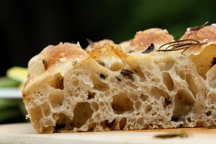 Focaccia med oliven og surdej. En opskrift på madbrød fra Bagvrk.dk.
