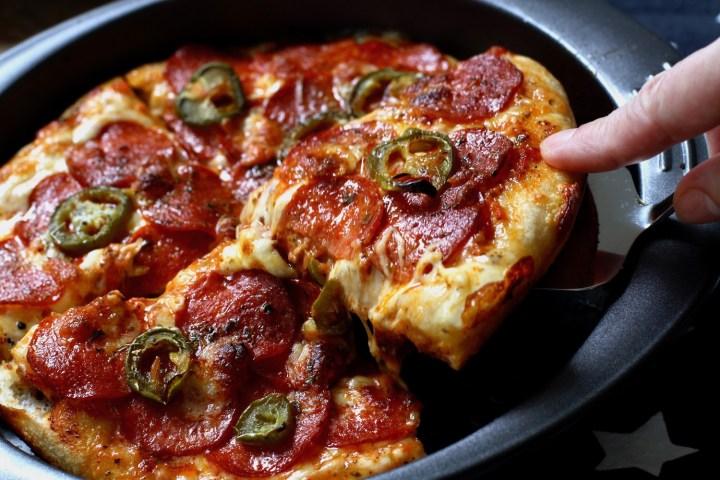 Deep pan pizza. (Pizza Hut go home;-)) En opskrift fra Bagvrk.dk.