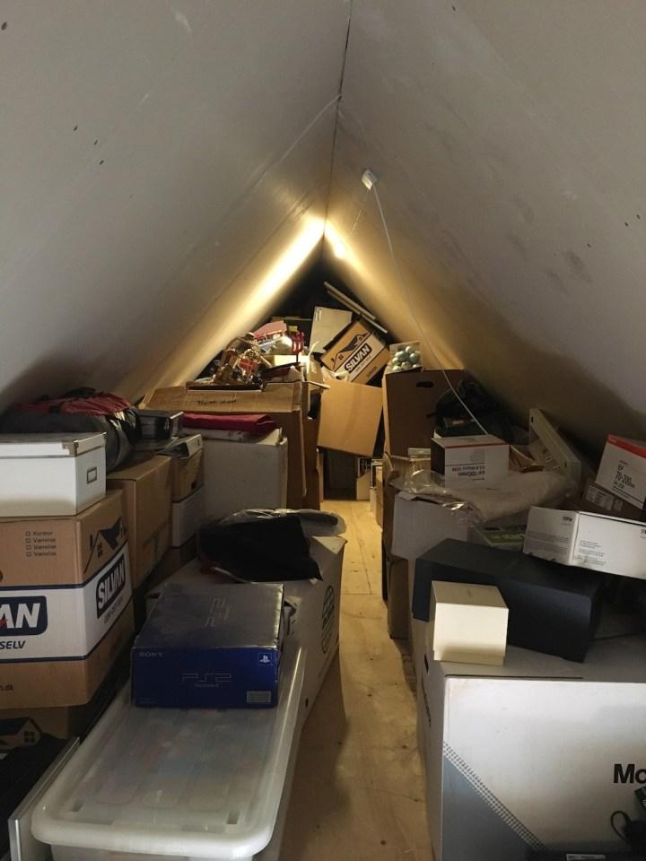 Vores totalt fyldte loftsrum før KonMari - Bagvrk.dk.