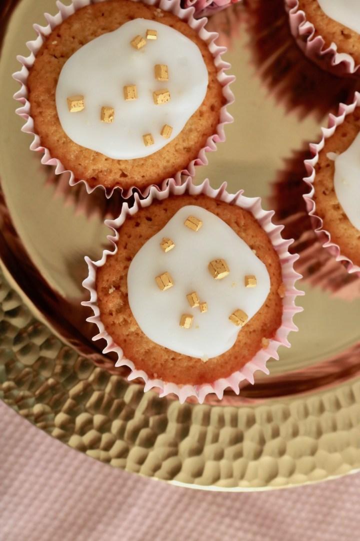 Muffins med flødetabletter, karamelfyld og glasur - Bagvrk.dk