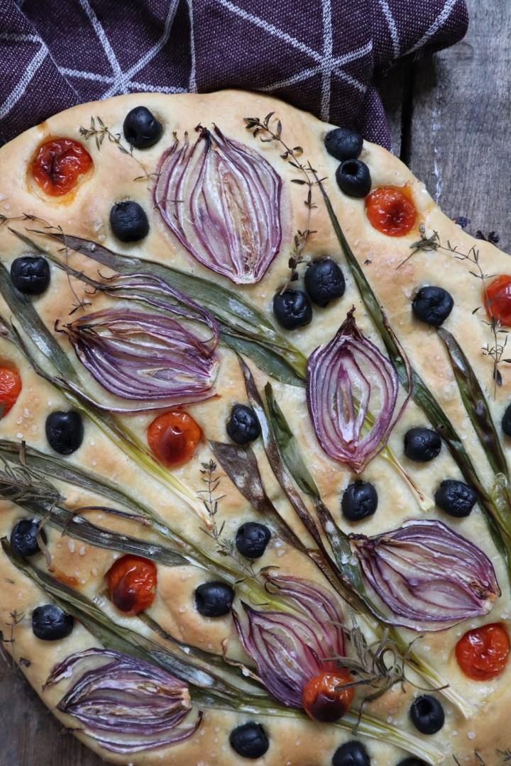 Blomsterfocaccia efter bagning rødløg focaccia oliven Bagvrk.dk