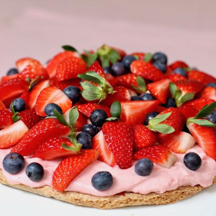 Sommerlagkage med rabarber og bær Bagvrk.dk kvadratisk