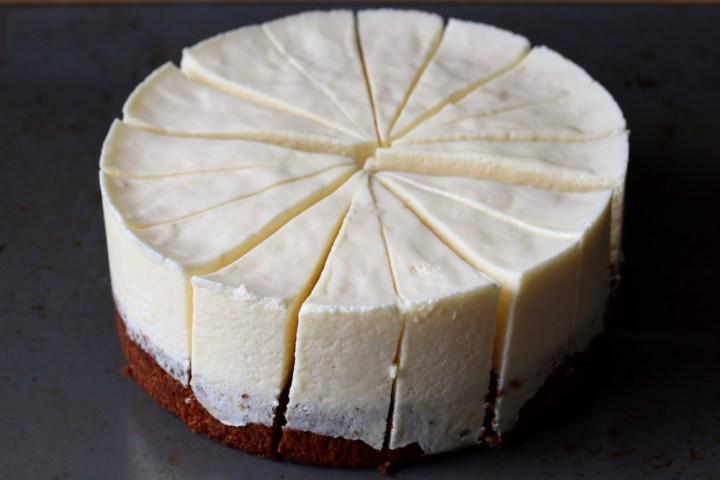 Det er nemt at skære en frossen kage i pæne stykker Bagvrk.dk