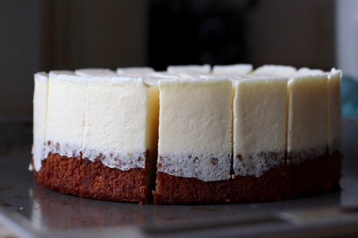 Frossen citronfromage kage skåret i 16 stykker Bagvrk.dk