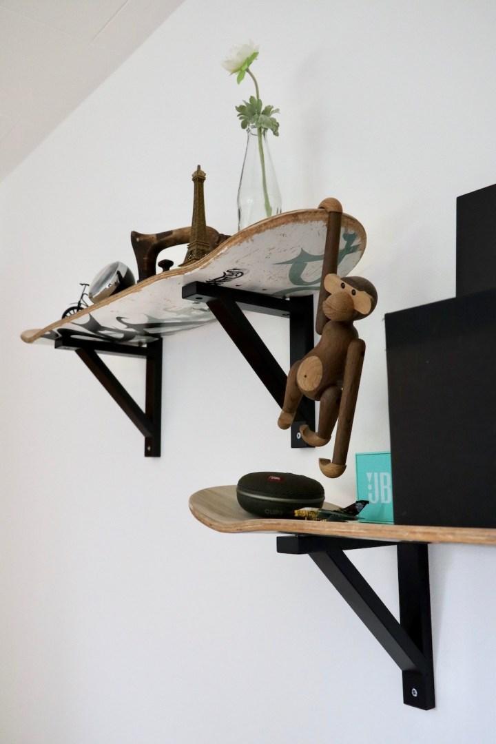 Hylder af gamle skateboards indretning Bagvrk.dk