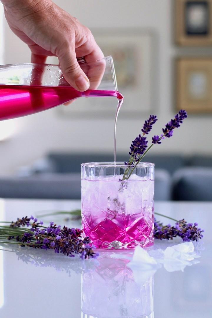 Lavendelsirup hældes i drink Bagvrk.dk