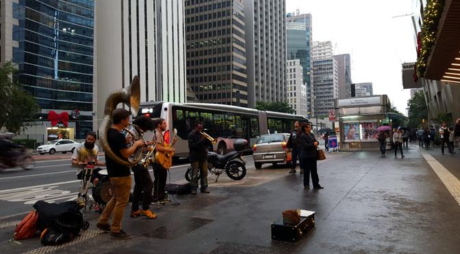 Colores musicales bajo la lluvia en la avenida Paulista de Sao Paulo