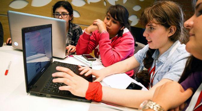Alumnas secundarias programan con «Chicas en tecnología» para «un mundo mejor»