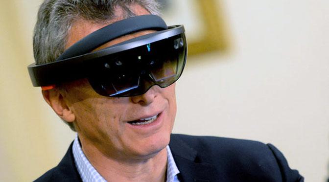 Macri renueva su imagen de «presidente techie» y prueba la «realidad mixta» de Microsoft