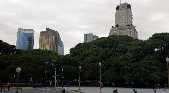 Plaza San Martín y la Cancillería desde un Huawei Mate 9