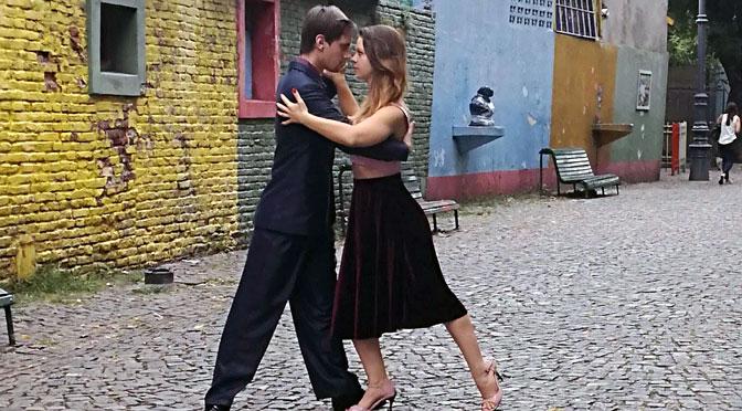 Bailarines europeos en Caminito