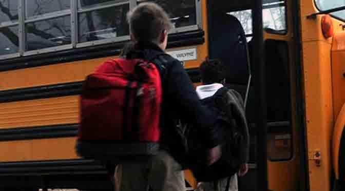 El exceso de peso en la mochila escolar afecta el crecimiento infantil