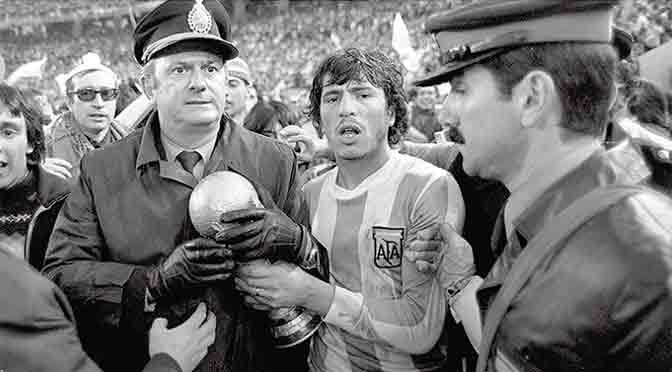 «Tiren papelitos» y «El Mundial en la ESMA», dos muestras sobre el fútbol y la dictadura militar