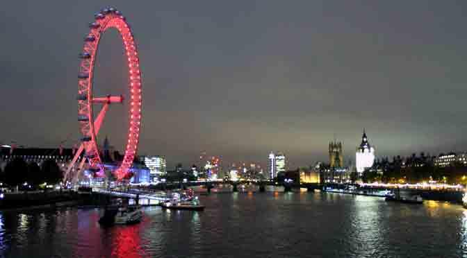 Paseo nocturno por las riberas del río Támesis en Londres