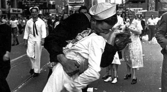 Debate sobre uno de los besos más famosos de la historia: ¿fue un acoso?